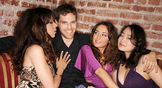 homme entoure de femmes Objectif : attirer une fille