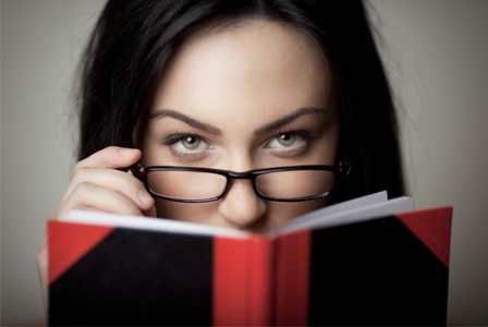 sexy woman reading book horiz 97 idées de cadeaux de Noël pour vos bros (et votre père !)
