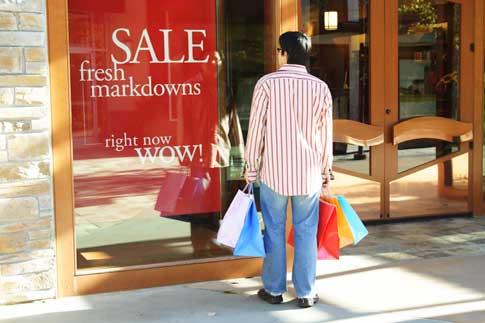 guy shopping 5 astuces pour Acheter Malin et faire des Affaires pendant les Soldes !