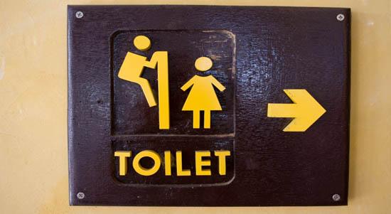 filles toilettes caca 5 Techniques pour Aborder Dans la Queue des Toilettes