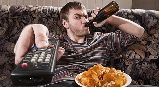 boire biere homme cliches Enquête Exclusive : les 3 (pires) Défauts Masculins qui font Fuir les Femmes