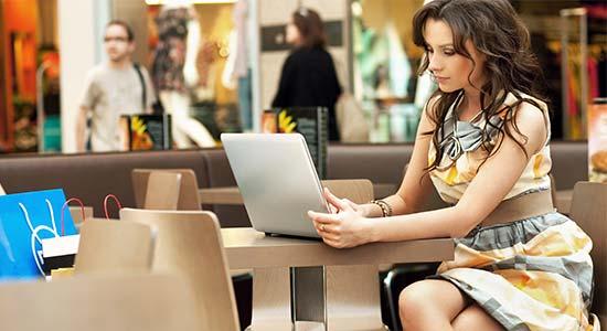 femme ordinateur cafe mall seduction online Donner votre Facebook à une fille qui vous plaît, pari risqué ou bonne idée ? [Débat]