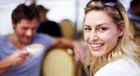 aborder une femme terrasse café