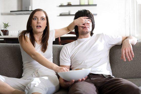 couple watching tv 10 Expériences Sexuelles que Vous Devez Faire Avant de Mourir