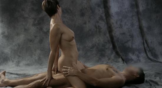 photo positions sexuelles1 Photos des Meilleures Positions au Lit pour Faire L'amour à une Femme