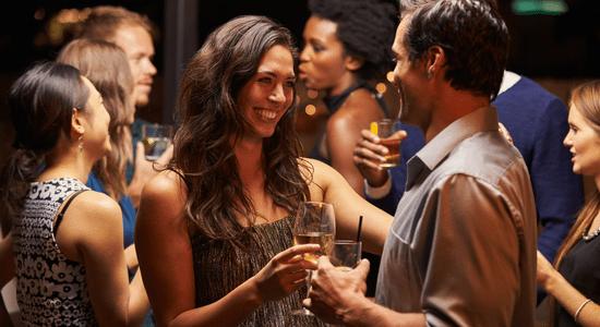 soirée entre potes1 Draguer en Soirée : Comment Devenir Maître de la Séduction en Soirée
