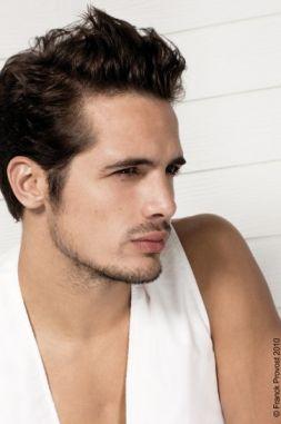 coupe de cheveux homme avec un grand front