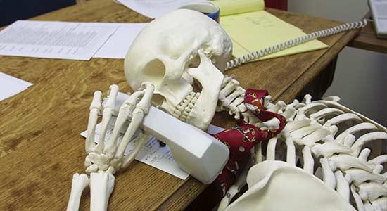 squelette-mort-attendre-telephone