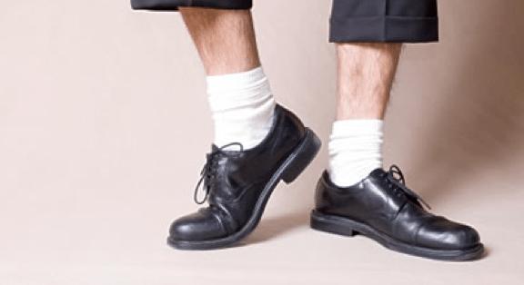 Chaussures noires et chaussettes blanches