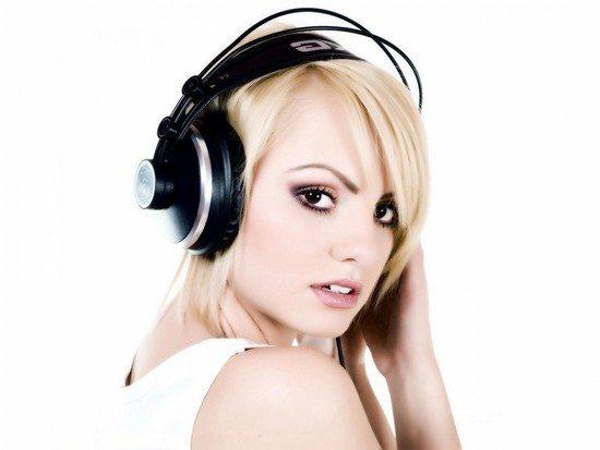 Alexandra-Stan-sexy-casque